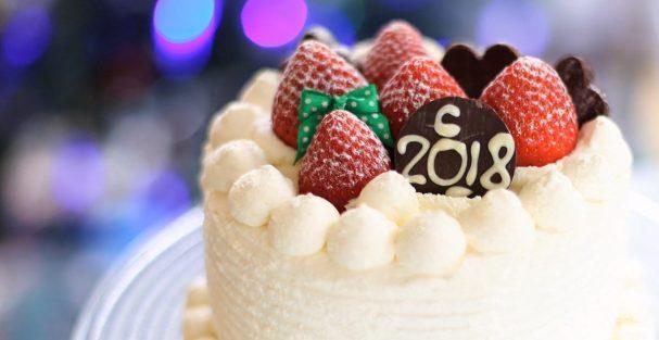 Бисквитный торт с фруктами и взбитыми сливками