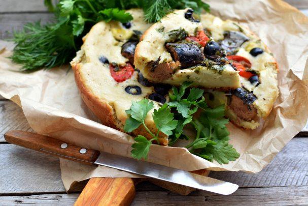 Наливной пирог с тунцом и помидорами в мультиварке