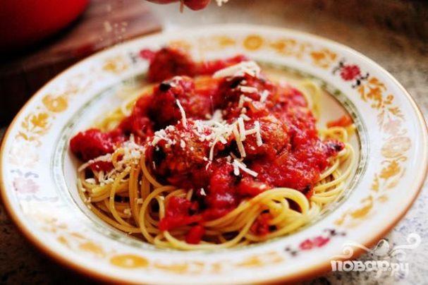 Спагетти с фрикадельками и соусом