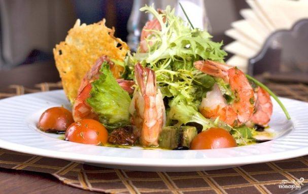 Салат с креветками и листьями салата