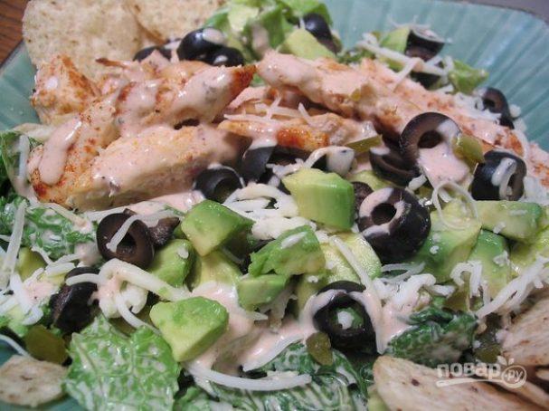 Салат с куриным филе и маслинами