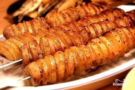 Картофель в фольге на углях