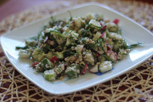 Сытный салат с редисом и ореховым соусом