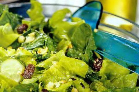 Зелёный салат с орехами и изюмом