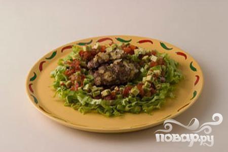 Баранина с салатом из авокадо