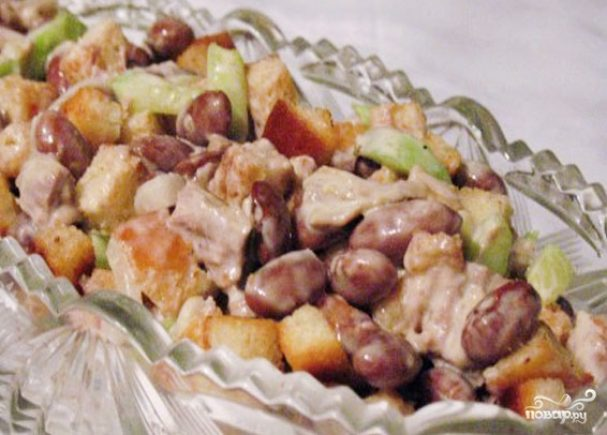 Фасолевый салат с сухариками