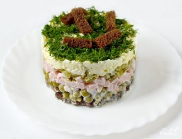 Салат с сухариками и ветчиной