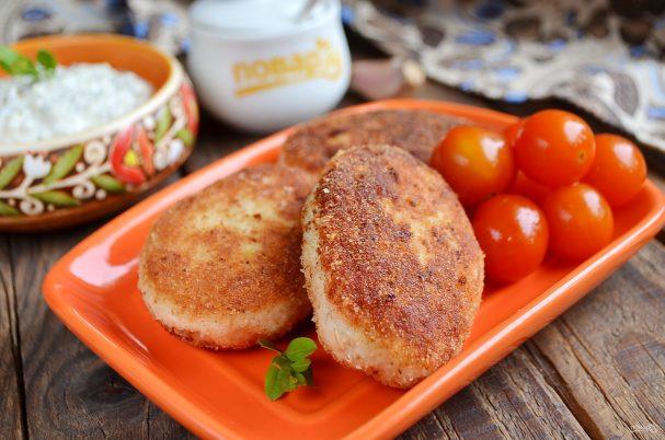 Куриные котлеты с овсянкой и сметанным соусом