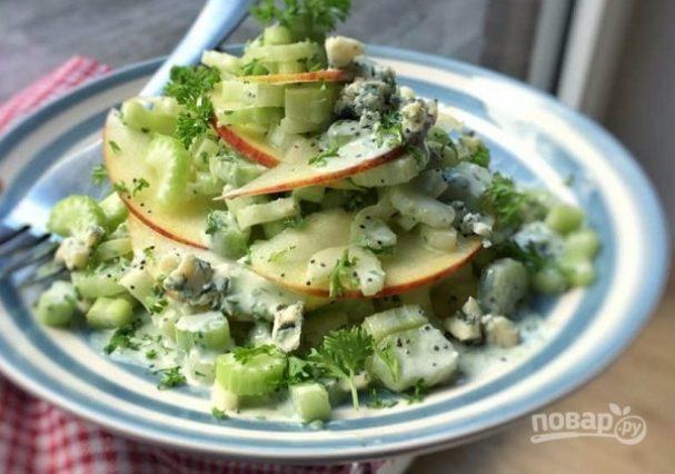 Салат с сельдереем, яблоком и голубым сыром