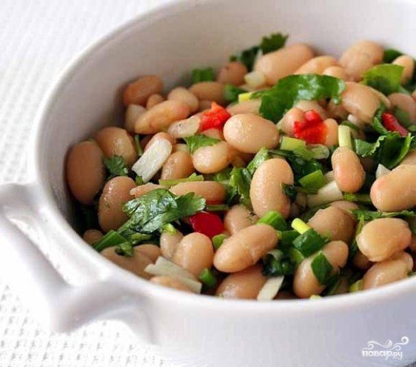 Салат из фасоли с чесноком