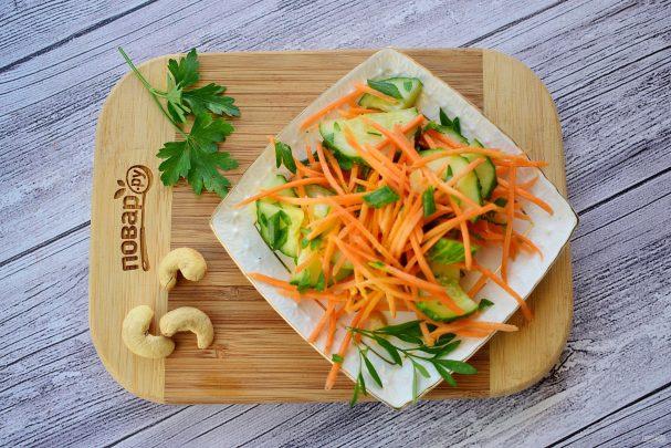 Пикантный салат из огурцов и моркови
