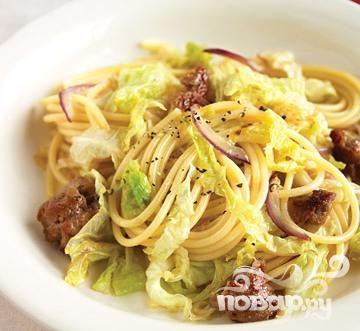 Спагетти с капустой и сладкой колбасой