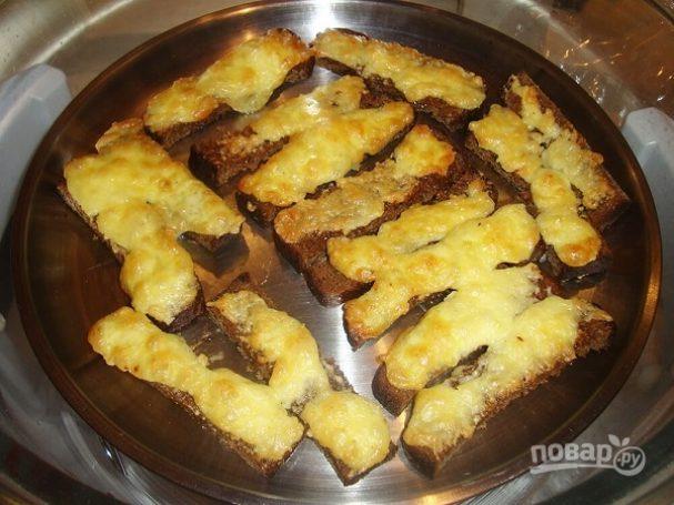 Гренки из черного хлеба с сыром
