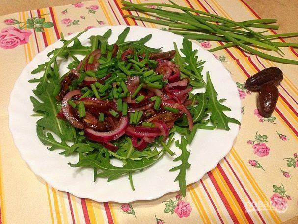 Салат из рукколы, лука и фиников