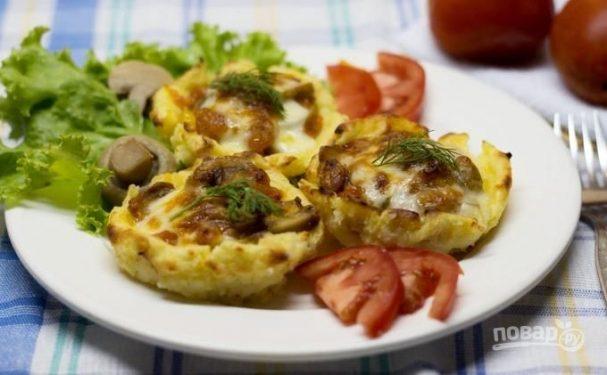 """Картофельные """"гнезда"""" с грибами в чесночно-сметанном соусе"""
