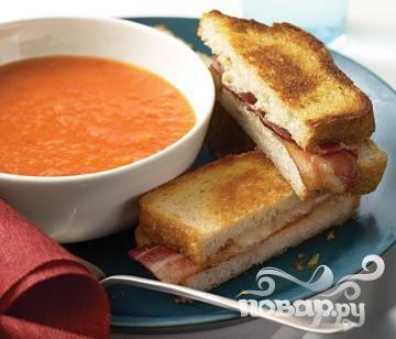 Томатный суп с тостами