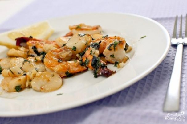 Креветки и морские гребешки с чесноком