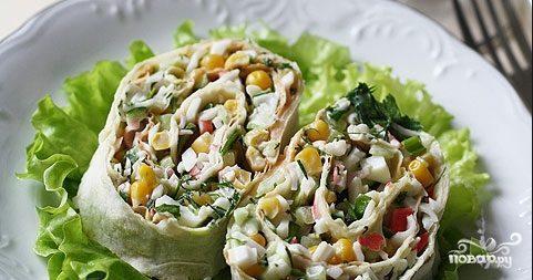 Салат в лаваше с крабовыми палочками и кукурузой