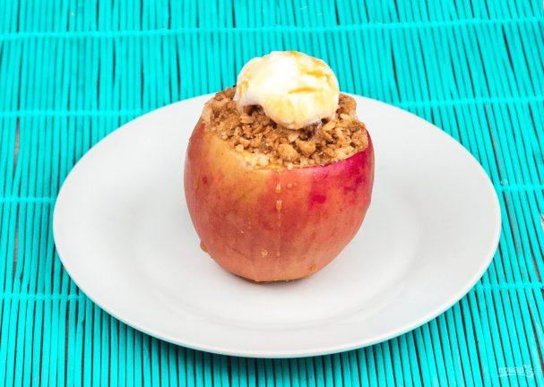Печеные яблоки с хрустящими мюсли