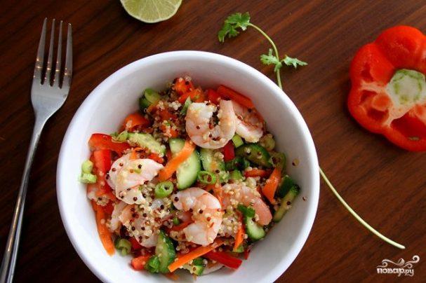 Салат с киноа и креветками