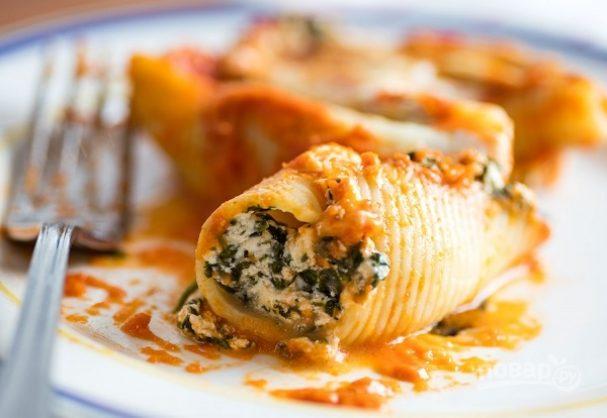 Макароны, фаршированные сыром и шпинатом