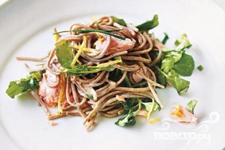 Лапша с лососем и салатом