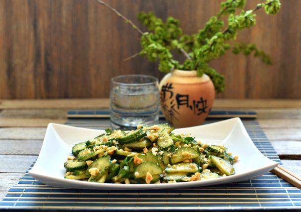 Освежающий салат из огурцов с арахисом