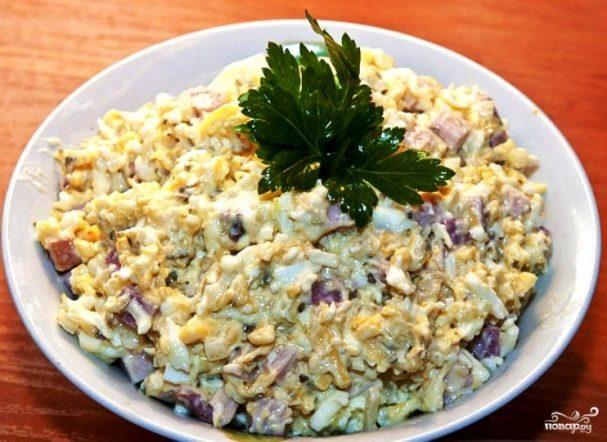 Простой салат из рыбных консервов