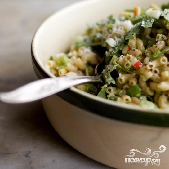 Салат с макаронами, зеленым луком и сыром