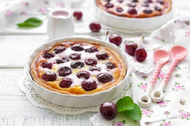 Пирог с вишней и сметанной заливкой