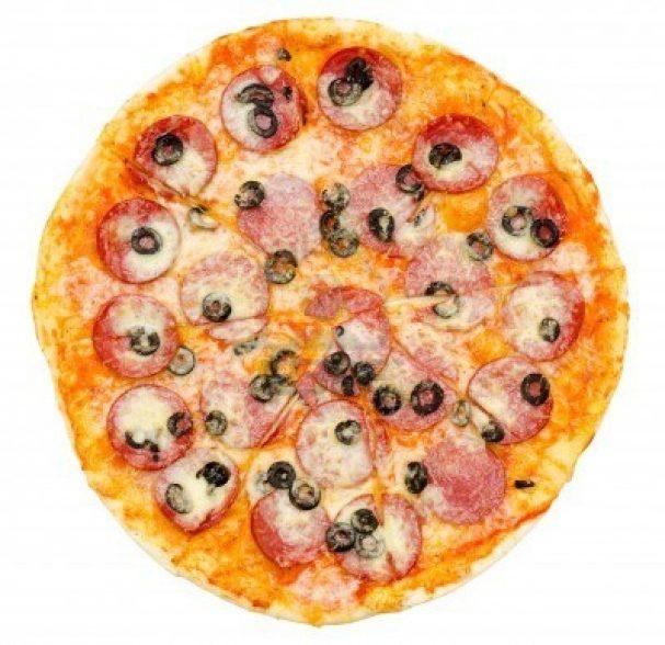 Пицца с маслинами и колбасой