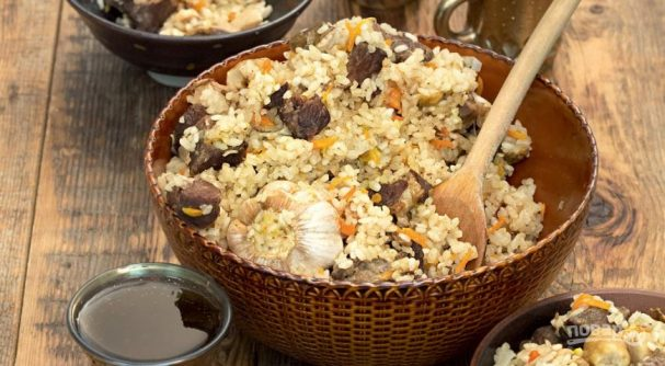 Белые грибы в казане с рисом и мясом