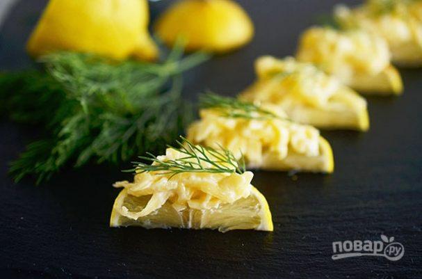 Сырный салат на лимонных дольках
