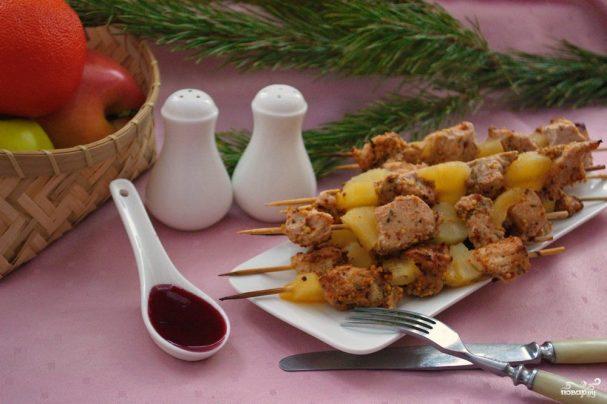 Индейка с ананасами на шпажках