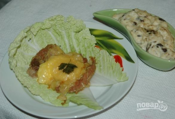 Запеченная свинина со сливочно-грибным соусом
