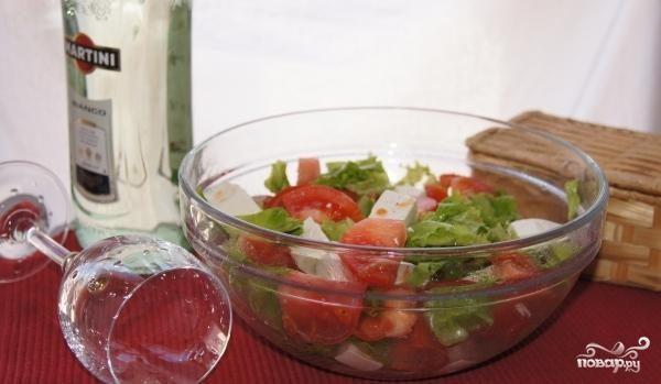 Салат с помидорами и сыром