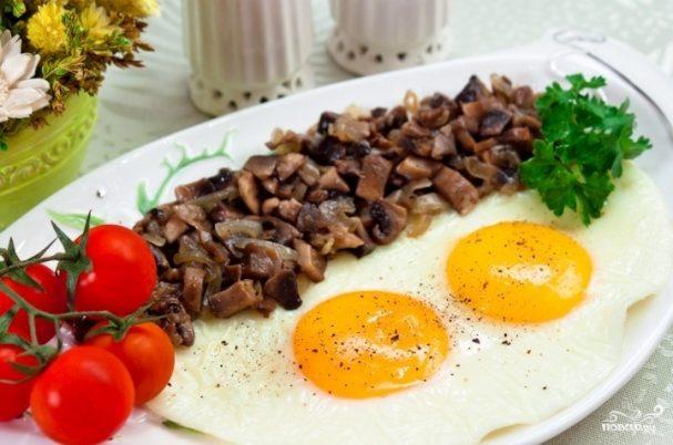 Яичница с грибами и луком