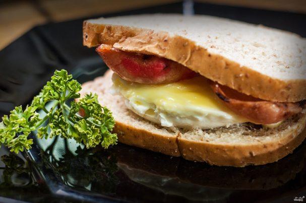Бутерброд с яйцом в микроволновке