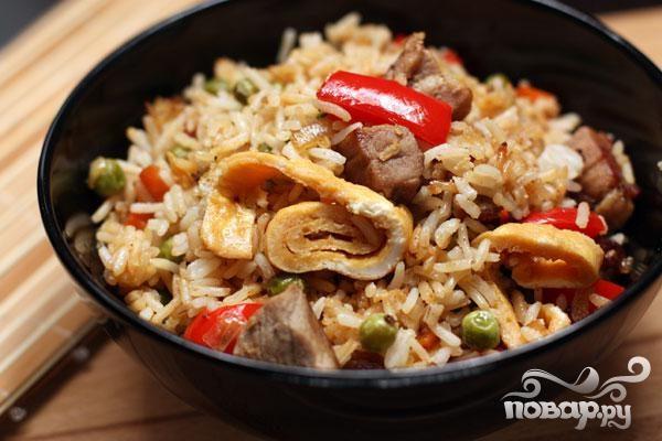 Рис со свининой, омлетом и овощами
