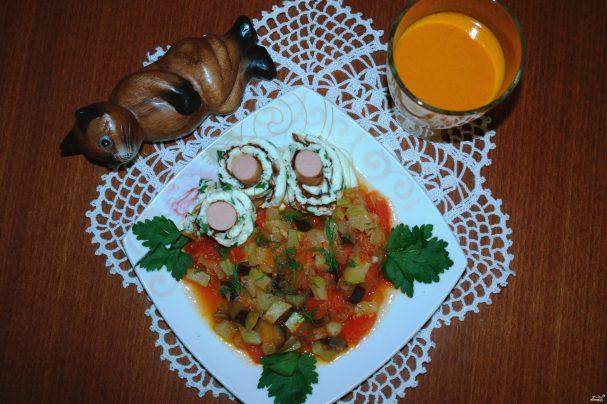 Овощной рататуй, рулетики из омлета и облепиховый морс