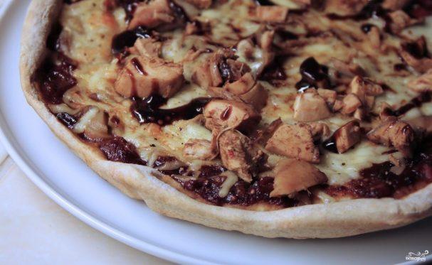 Пицца с грибами и курицей