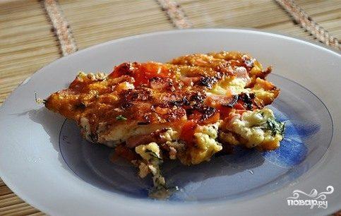 Яичница с колбасой, помидорами и сыром