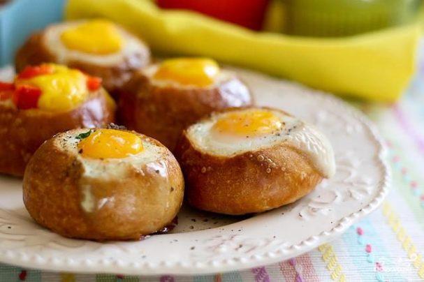 Булочки на завтрак с яйцом и начинкой