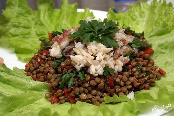 Салат из чечевицы с копченой рыбой