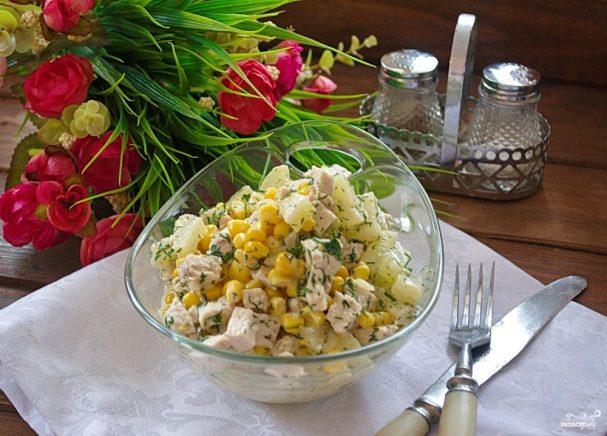 Салат с ананасом, и курицей, и кукурузой