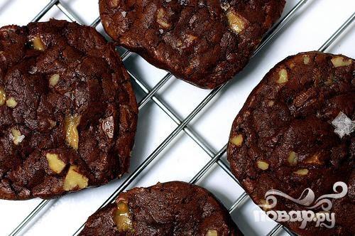 Шоколадное печенье с карамелью и орехами