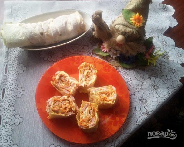 Рулет из лаваша с сыром, ветчиной и морковкой
