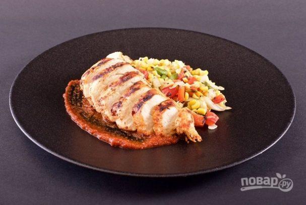 Курица на гриле с овощами и соусом барбекю