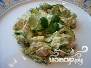 Салат из огурца и лосося