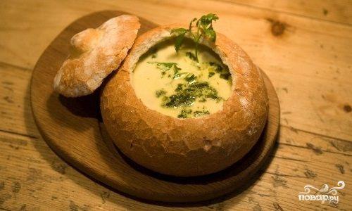 Суп в тарелке из хлеба